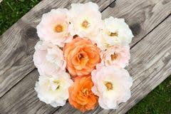 Roze en oranje rozen op oude raad Royalty-vrije Stock Foto's