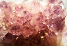 Roze en purpere steenkristallen van een amethist stock afbeelding