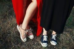 Roze en purpere tennisschoenen op grasachtergrond, gefiltreerd beeld Stock Afbeeldingen