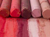 Roze en rode artistieke kleurpotloden Stock Foto