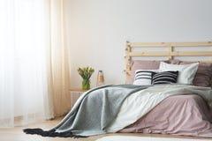 Roze en wit beddegoed stock foto's