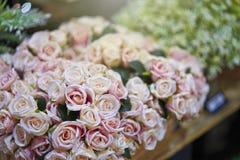 Roze en wit nam in de bloemwinkel toe stock afbeeldingen