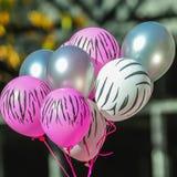 Roze en witte gestreepte ballons bij de voorlichting van borstkanker Royalty-vrije Stock Foto's