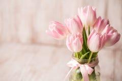 Roze en Witte Pastelkleurtulpen in de Vaas van de Glaskruik met Boog royalty-vrije stock afbeeldingen