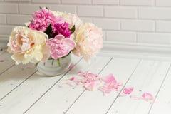 Roze en witte pioenen in glasvaas royalty-vrije stock fotografie