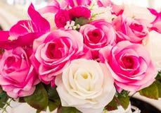 Roze en witte valse bloem met de hand gemaakte naaiende bloemen Royalty-vrije Stock Foto's