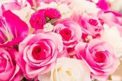 Roze en witte valse bloem met de hand gemaakte naaiende bloemen Stock Foto's