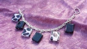 Roze en zwarte charmearmband Royalty-vrije Stock Afbeeldingen
