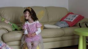 Roze fee met kleine vleugels die over volgende werktijd langzame motio SF spreken stock video