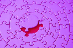 Roze figuurzaag met het ontbrekende stuk dat boven de ruimte legt stock afbeelding