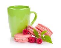 Roze frambozen macaron koekjes en kop van drank Royalty-vrije Stock Afbeelding