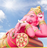 Roze ganechastandbeeld in het ontspannen Stock Foto