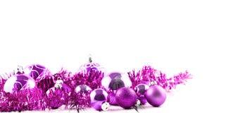 Roze geïsoleerde Kerstboomballen en decoratie Stock Afbeeldingen