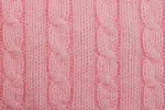 Roze gebreide achtergrond met verticale kolommen en vlechten royalty-vrije stock fotografie