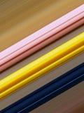 Roze, gele en blauwe diagonale lijnen, bruine achtergrond stock illustratie