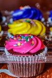 Roze, gele en purpere cupcakes klaar voor de partij Stock Fotografie