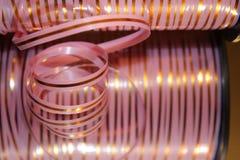 Roze gestreept lint voor uw heden stock afbeelding