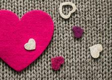 Roze gevoeld hart en kleurrijke decoratieve harten Stock Foto's