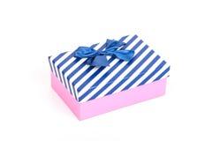 Roze giftdoos met een deksel in witte en blauwe strepen en een blauw Stock Fotografie