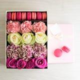 Roze giftdoos met roze en beige rozen, chrysanten en Fren Royalty-vrije Stock Afbeelding