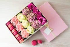 Roze giftdoos met roze en beige rozen, chrysanten en Fren Royalty-vrije Stock Afbeeldingen
