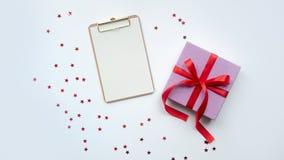 Roze giftdoos met rode lintboog Aanwezige vakantie Geïsoleerdj op witte achtergrond royalty-vrije stock afbeeldingen