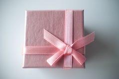 Roze giftdoos met Roze lint Stock Fotografie