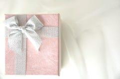 Roze giftdoos met zilveren lint Stock Afbeelding