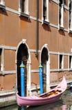 Roze Gondel in Venetië stock foto's