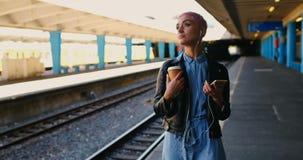Roze haarvrouw het luisteren muziek op mobiele telefoon 4k stock video