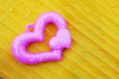 Roze hart op gele achtergrond Royalty-vrije Stock Foto's