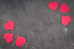 roze harten op een grijze achtergrond Het symbool van de dag van minnaar Stock Foto