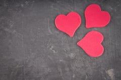roze harten op een grijze achtergrond Het symbool van de dag van minnaar Stock Fotografie