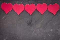 roze harten op een grijze achtergrond Het symbool van de dag van minnaar Royalty-vrije Stock Fotografie