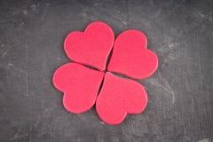 roze harten op een grijze achtergrond Het symbool van de dag van minnaar Royalty-vrije Stock Foto