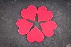 roze harten op een grijze achtergrond Het symbool van de dag van minnaars De dag van de valentijnskaart Concept 14 Februari Royalty-vrije Stock Afbeeldingen