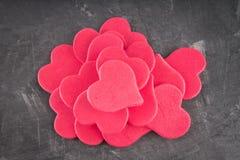 roze harten op een grijze achtergrond Het symbool van de dag van minnaars De dag van de valentijnskaart Concept 14 Februari Stock Foto's