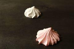 Roze Heemst - Zefier op zwart hout Zoet dessert Stock Afbeeldingen