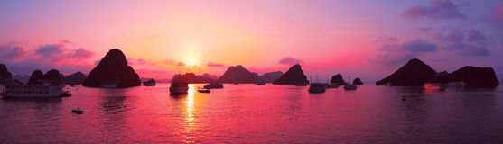 Roze hemel, zonsondergang Panorama van Halong-Baai, Vietnam Royalty-vrije Stock Foto