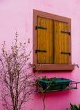 Roze houtframe huis in de Elzas Stock Foto's