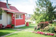 Roze huis, bomen in de tuin, daglicht Stock Foto