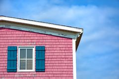 Roze huis tegen blauwe hemel Royalty-vrije Stock Afbeeldingen