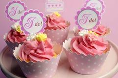 Roze huwelijk cupcakes met ik topper horizontale tekens -. Royalty-vrije Stock Foto's