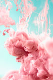 Roze inkt in water, artistieke geschotene, abstracte achtergrond stock afbeelding