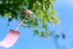 Roze Japanse Klok in de wind stock foto