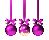 Roze Kerstmisballen die die op lint met bogen hangen, op wit worden geïsoleerd Stock Afbeelding