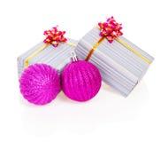 Roze Kerstmisballen en giftdozen in gestreept Royalty-vrije Stock Afbeelding
