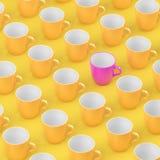 Roze koffieglas die van veelvoudig geel glas duidelijk uitkomen royalty-vrije stock afbeeldingen