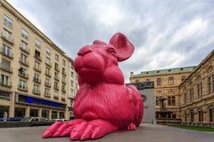 Roze konijntjesbeeldhouwwerk dichtbij de Opera van de Staat in Wenen Stock Fotografie