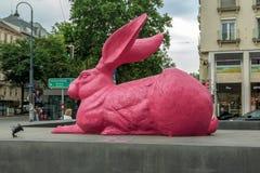 Roze konijntjesbeeldhouwwerk dichtbij de Opera van de Staat in Wenen Royalty-vrije Stock Foto